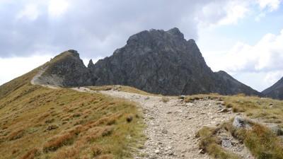 Cesta na z Hrubé kopy na Baníkov je zprvu jednoduchá, brzy vás ale dovede k strmým, skalnatým úsekům, které jsou zajištěny řetězy