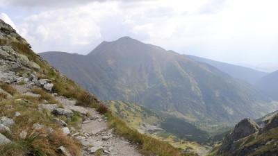 Mohutný Baranec stojí mimo hlavní hřeben Západních Tater a je výraznou dominantou pohoří při pohledu z Liptovského Mikuláše.