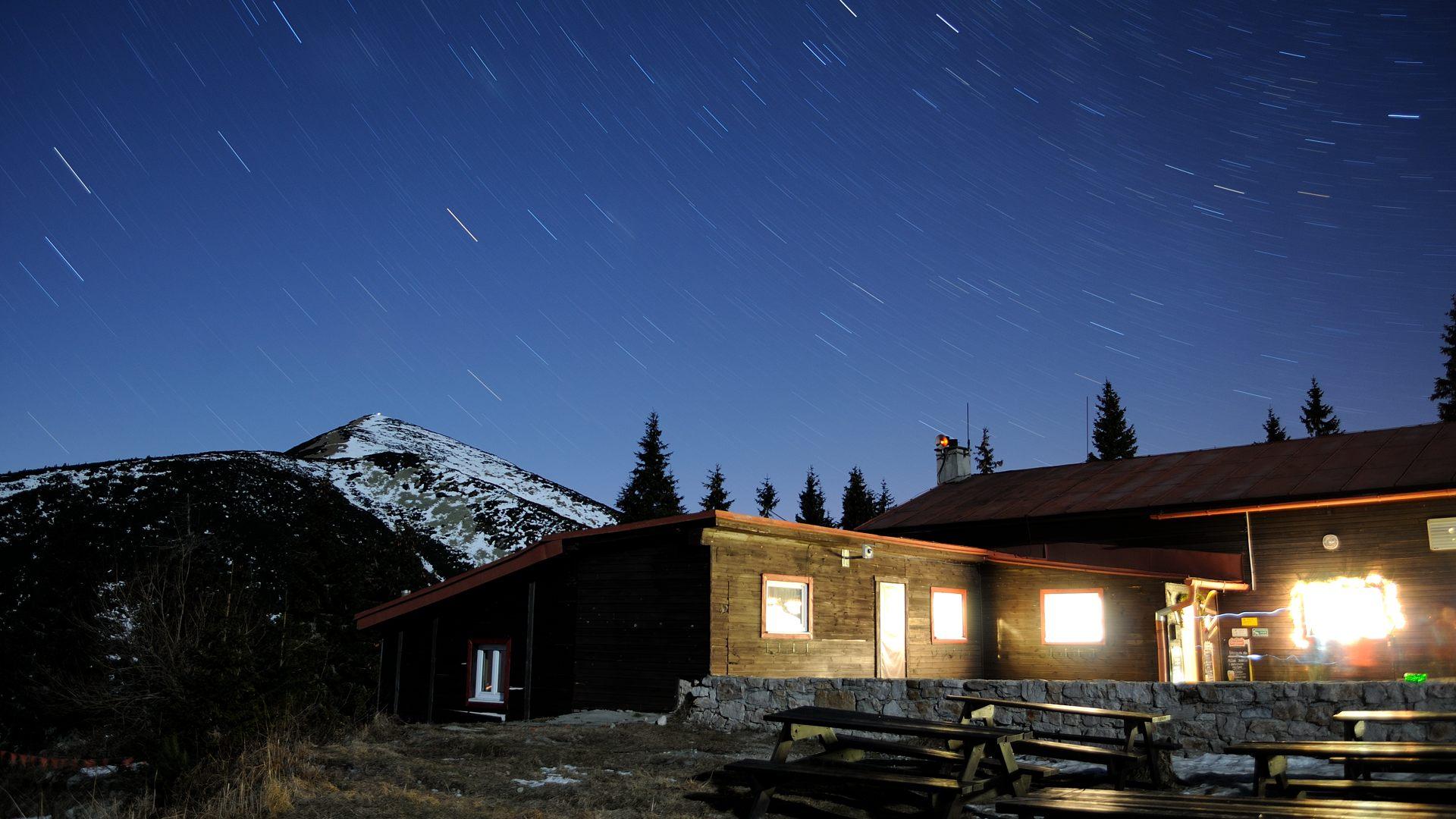 Chata pod Chlebom a Velký Kriváň pod noční oblohou