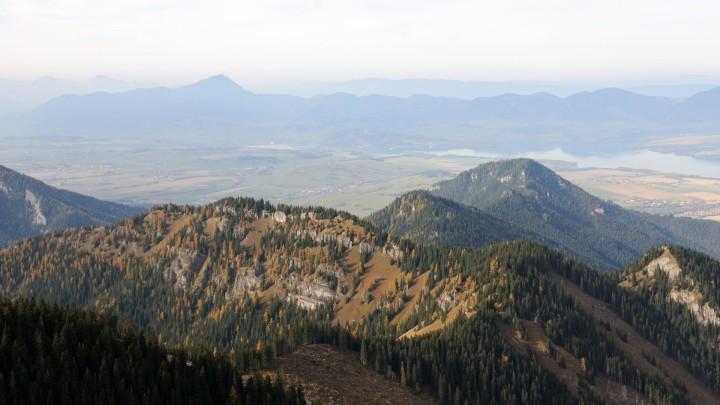 Krakova hola - výhled z vrcholu na Pusté, Liptovskou kotlinu a Velký Choč v pozadí