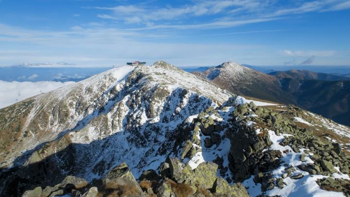 Přechod Nízkých Tater: pohled na Chopok a horní stanici lanovky z vrcholu Dereše. V pozadí vpravo Ďumbier.