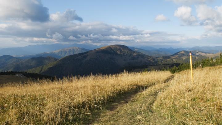 Borišov patří mezi těžko zaměnitelné vrcholy Velké Fatry. Za ním vlevo vykukuje Lysec a úplně v pozadí se táhne hřeben Malé Fatry.