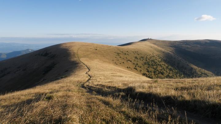 Travnatá nejvyšší část hřebenovky Velké Fatry. V pozadí vrchol Krížna.