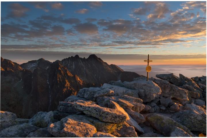 Slavkovský štít patří mezi vrcholy s nejhezčím výhledem v Tatrách. Výhled na Lomnický štít.