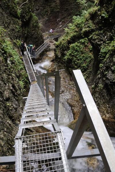 Jánošíkove diery nejsou vhodné pro osoby, které mají problém s výškami. Často se tu budete pohybovat na žebřících přímo nad vodopády.