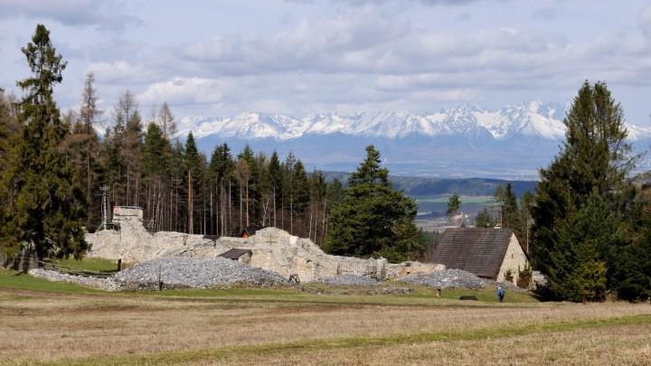Ruiny na Kláštorisku s Vysokými Tatrami v pozadí