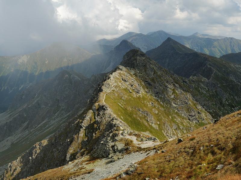 Výhled z Hrubé kopy směrem na východ na Tri kopy, Plačlivé, Ostrý Roháč a Volovec a další západotatranské vrcholy.