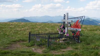 Hrob na vrchole Ploská, v pozadí hřeben Malé Fatry