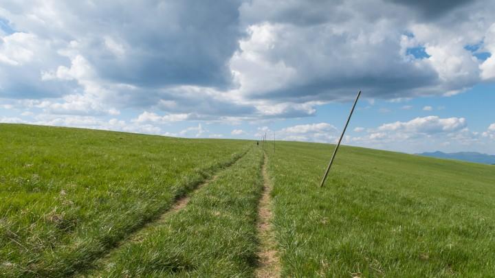 Ploská: cesta přes rozlehlý vrchol