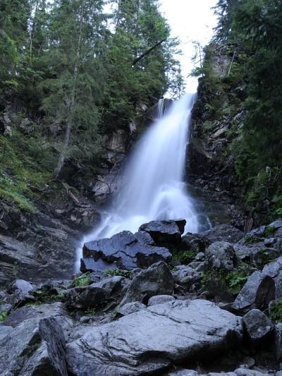 Vody Roháčského vodopádu padají z 8 metrové výšky