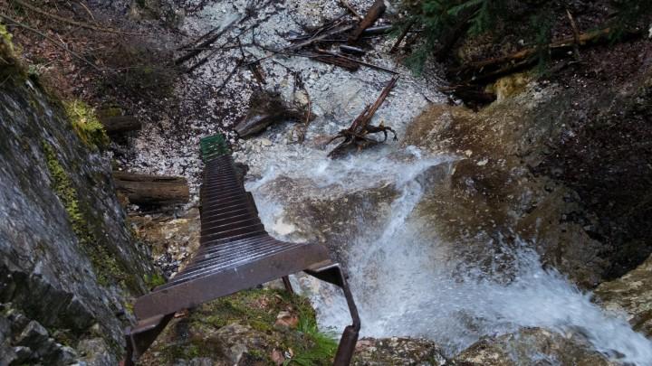 Roklina Piecky - pohled z žebříku nad Terasovým vodopádem