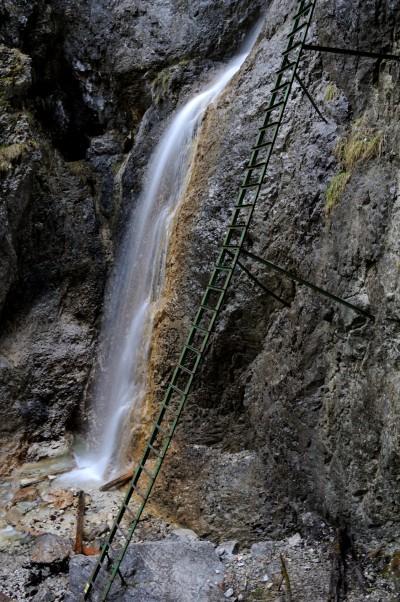Slovenský ráj je proslulý dlouhými žebříky. Tento vede podél Velkého vodopádu v roklině Piecky.