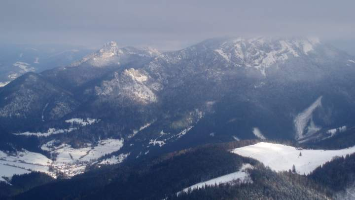Malý Rozsutec, Velký Rozsutec (vrchol je ukryt v mracích) a chata na Grúni (vpravo) z vrcholu Kraviarske