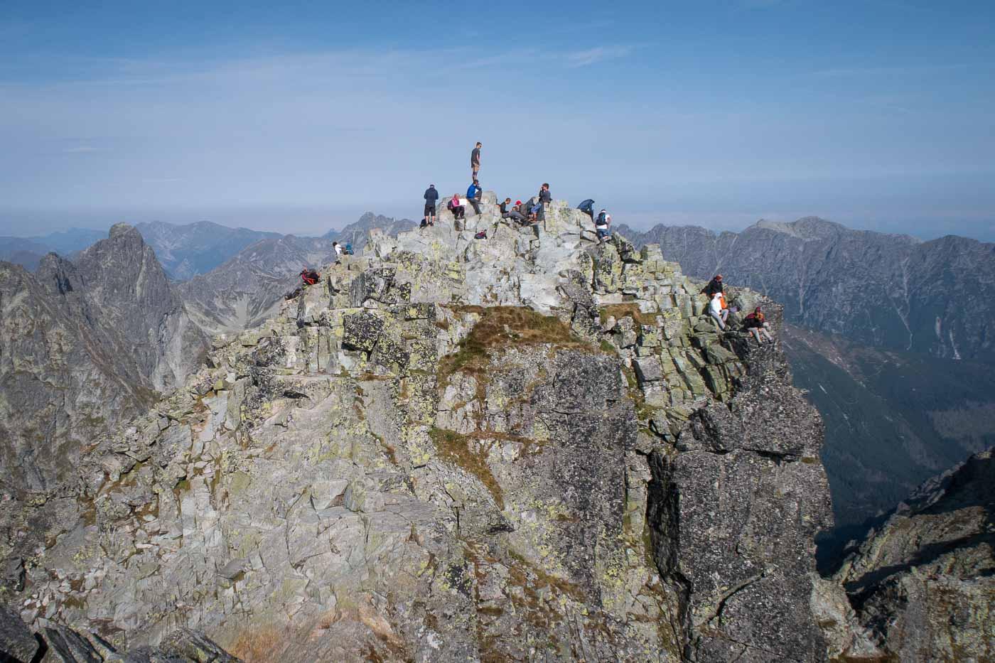 Nejvyšší z vrcholů Rysů měří 2 503. Sousední, o čtyři metry nižší vrchol je nejvyšším vrcholem Polska