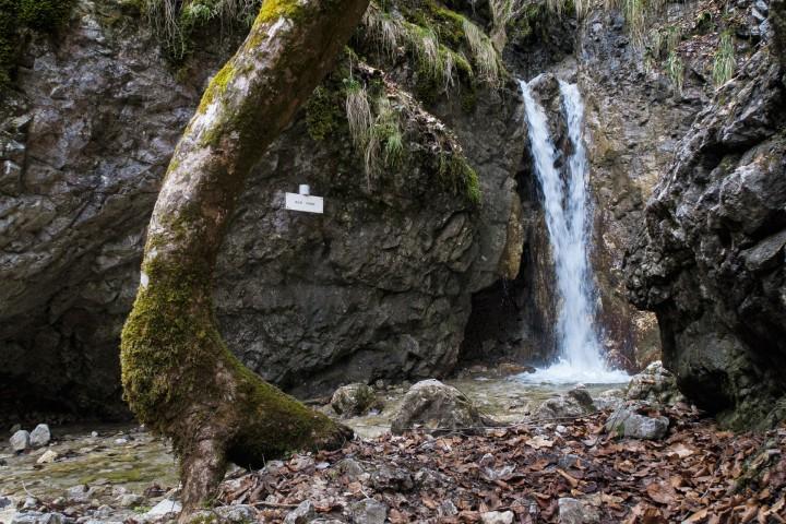Prvním vodopádem v Sokolí dolině je Skalný vodopád