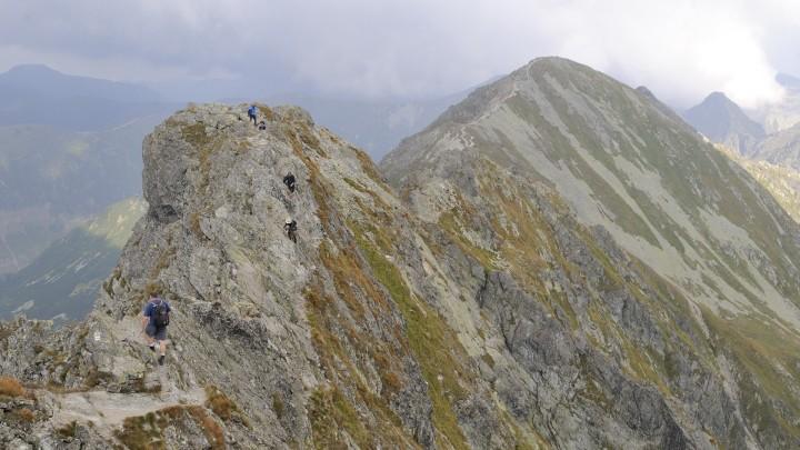 Skalnatý hřeben vrcholu Baníkov