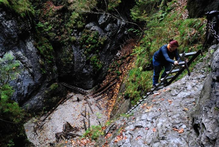 Suchá Belá - výstup po žebříku podél Okienkového vodopádu