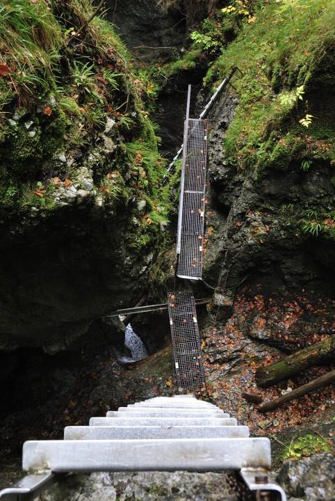 Výstup kaskádami Misových vodopádů v roklině Suchá Belá