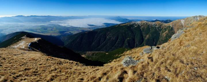 Výhled na Liptov a hřeben Nízkých Tater (vlevo) během výstupu na Baranec