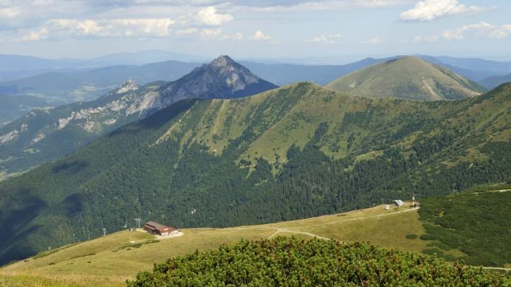 Výhled z Velkého Kriváně na horní stanici lanovky ve Snilovském sedle, Malý a Velký Rozsutec, Poludňový grúň a část hřebene zvanou Steny