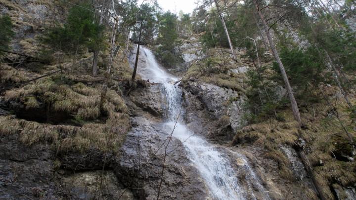 Střední část Závojového vodopádu, cesta vede po žebřících vlevo