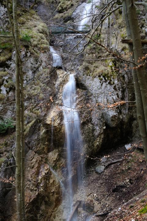 Sokolí dolina je známá hlavně pro 75 metrů vysoký závojový vodopád. Na fotce je jeho spodní stupeň a první most.