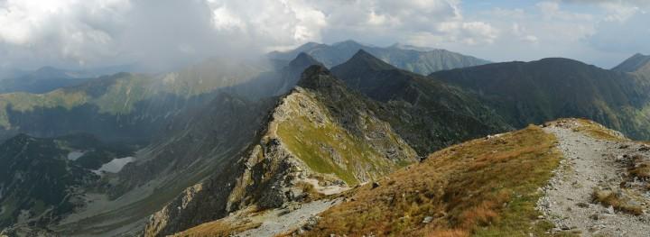 Přechod Západních Tater: Výhled z Hrubé kopy směrem na východ na Tri kopy, Plačlivé, Ostrý Roháč a Volovec a další západotatranské vrcholy.