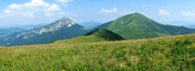 Sousedi a přesto každý úplně jiný. Skalnatý Velký Rozsutec (vlevo) a mohutný travnatý Stoh potvrzují, jak pestré pohoří Malá Fatra je.