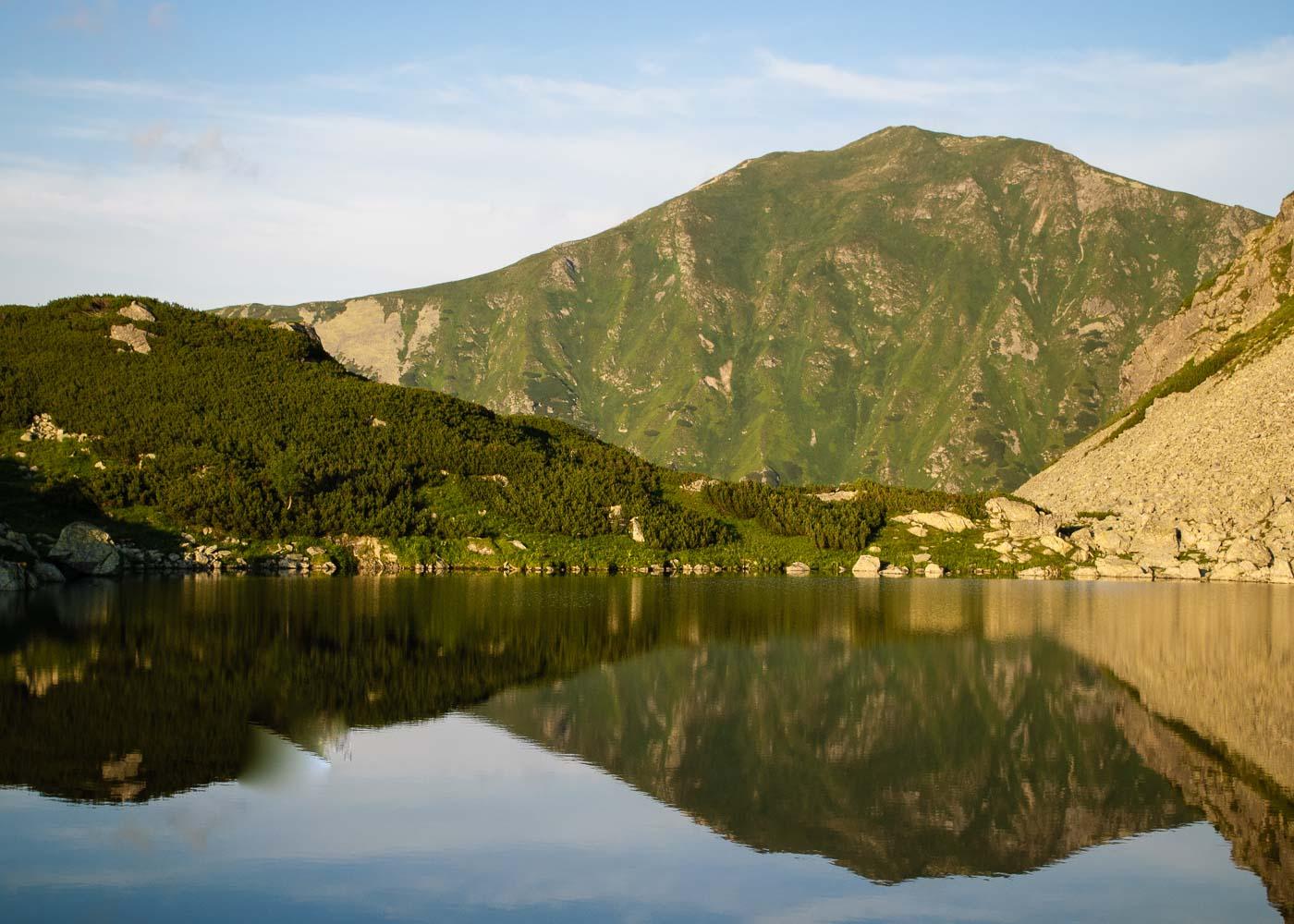 Volovec se zrcadlí na hladině čtvrtého a nejvyššího Roháčského plesa