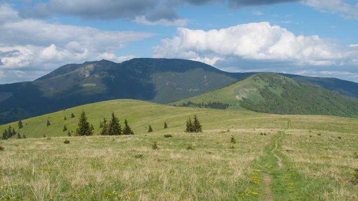 Přechod Nízkých Tater: pohled z vrcholu Kečka na Kozí chrbát a masiv Prašivé