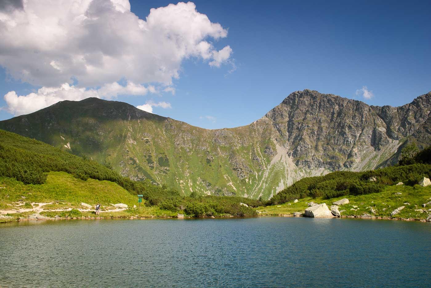 První Roháčské pleso s vrcholy Volovec (vlevo) a Ostrý Roháč