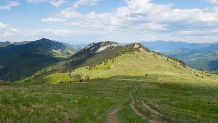 Sedlo Ploskej a Čierny kameň. Výrazný vrchol vlevo je Rakytov a v pozadí v pravé části hřeben Nízkých Tater