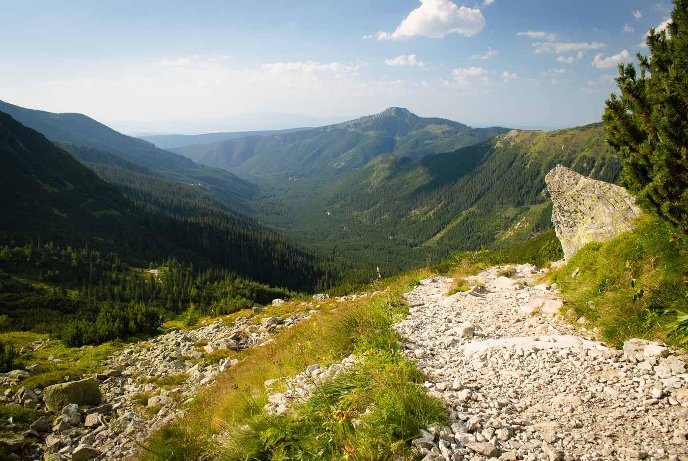 Sestup od Roháčských ples s výhledem na nepřístupný vrchol Osobitá